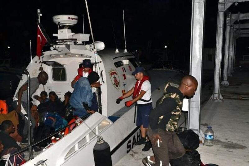 Dikili'de, lastik botta 26 kaçak göçmen yakalandı