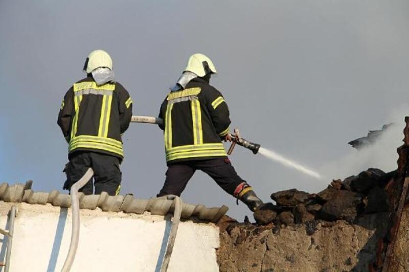 2 katlı ev, yangında kullanılmaz hale geldi