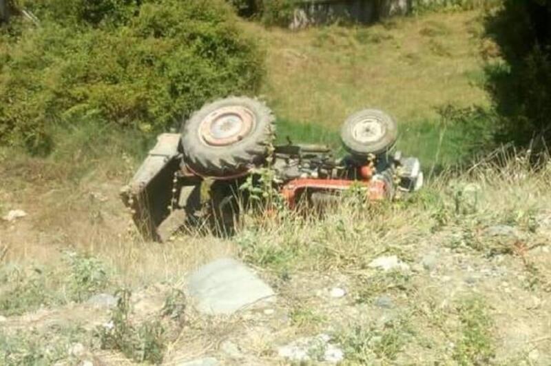 Devrilen traktörün altında kalan sürücü, kurtarılamadı
