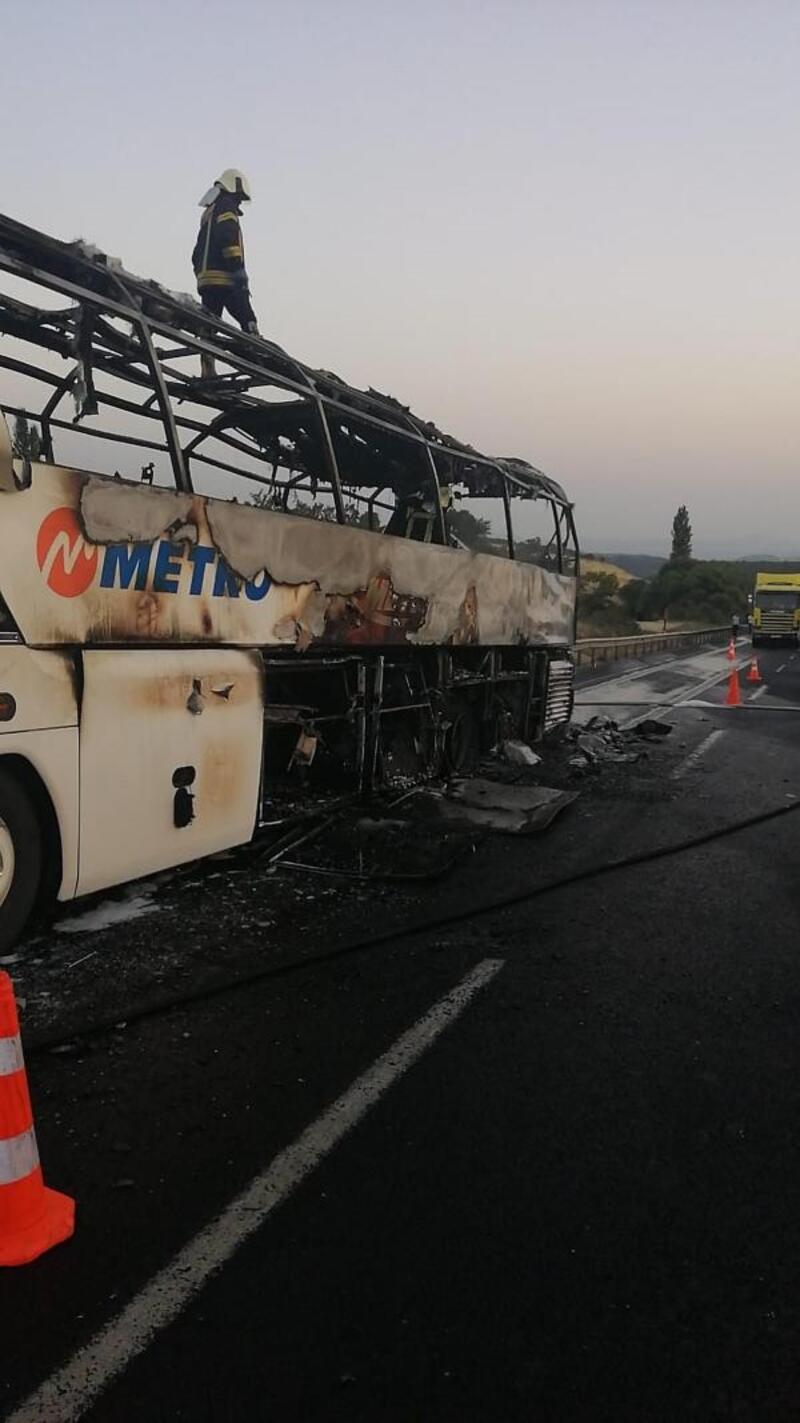 Manisa'da seyir halindeki yolcu otobüsü yandı
