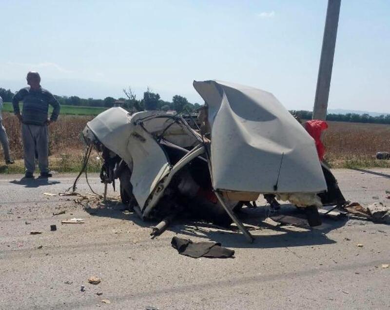Kazada otomobil parçalara ayrıldı, sürücünün burnu bile kanamadı