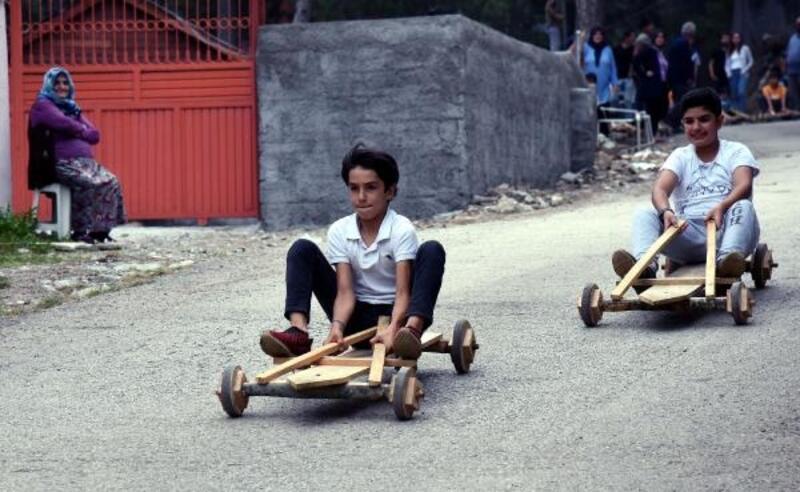 Osmaniye'de çocuklar tahta arabalarla yarıştı