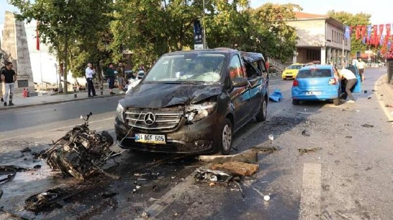 Beşiktaş'ta takla atan otomobilin motoru yola fırladı