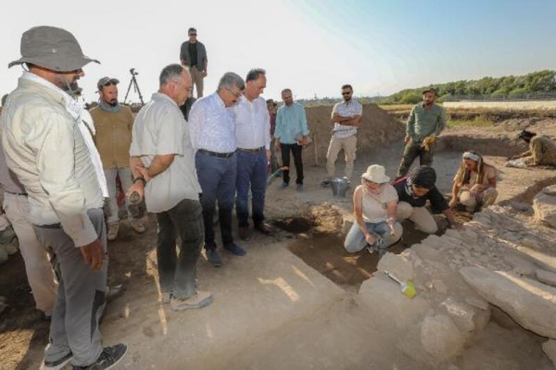 Vali Bilmez, Van Kalesi'ndeki kazı alanında incelemelerde bulundu