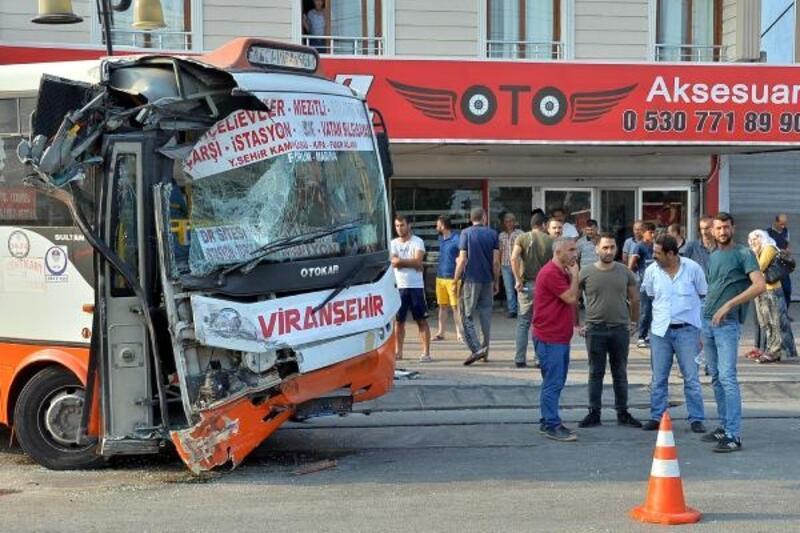 Özel halk otobüsü ile işçi otobüsü çarpıştı: 12 yaralı