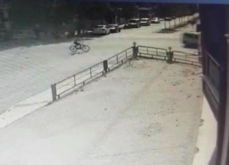 Yolun karşısına geçmeye çalışan bisikletliye otomobilin çarptığı o anlar kamerada