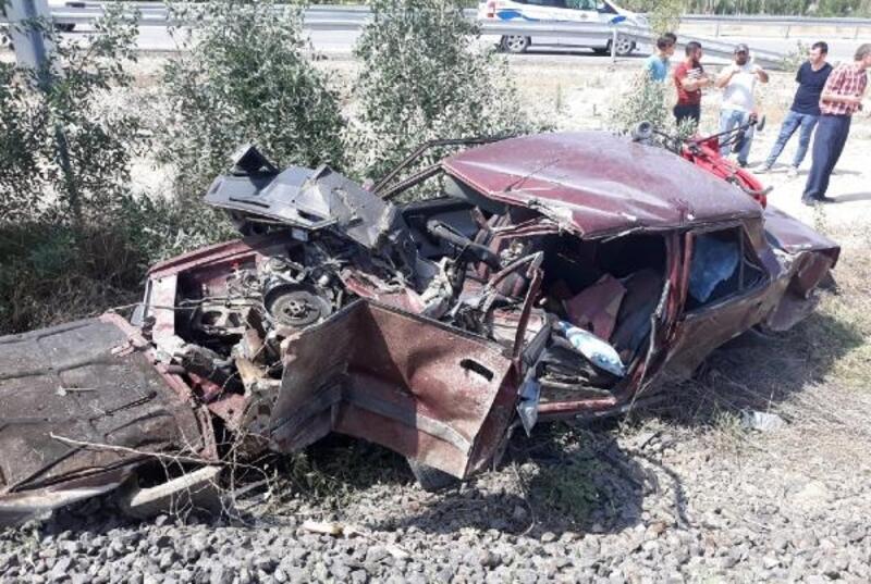 Yolcu treninin çarptığı otomobildeki baba- oğul yaralandı