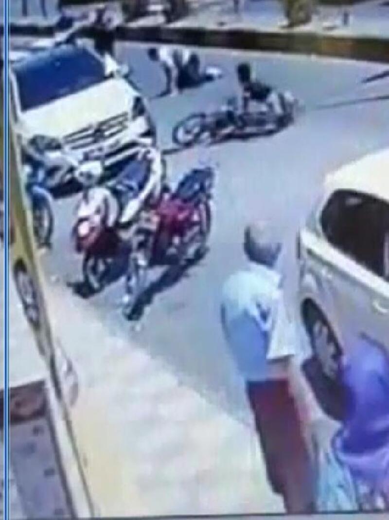 Kucağında çocuğuyla karşıya geçerken motosiklet çarptı