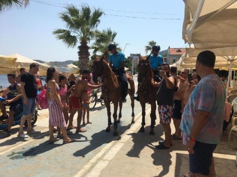 Foça'da, atlı jandarma ekiplerine yoğun ilgi