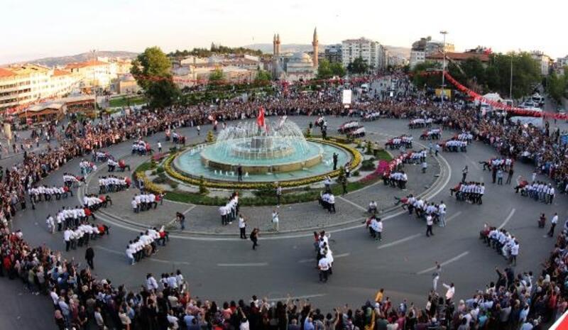 Sivas'ta 1058 kişi aynı anda halay çekti