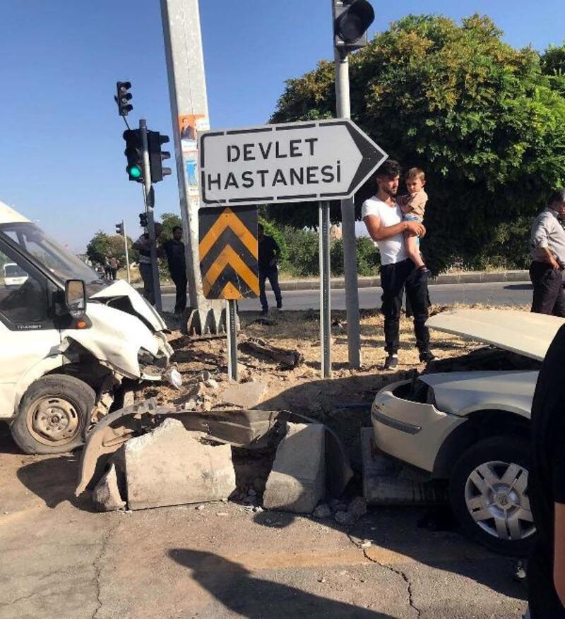 Van'da, otomobil ile minibüs çarpıştı: 6 yaralı