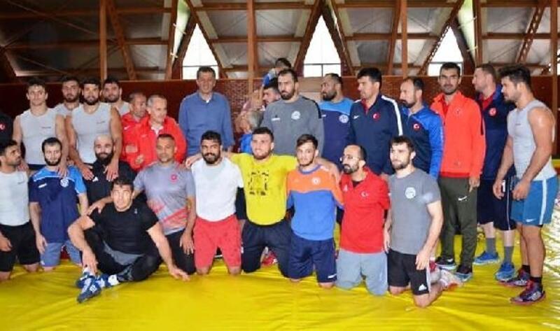 Bakan Selçuk, Güreş Milli Takımı'nın kampını ziyaret etti
