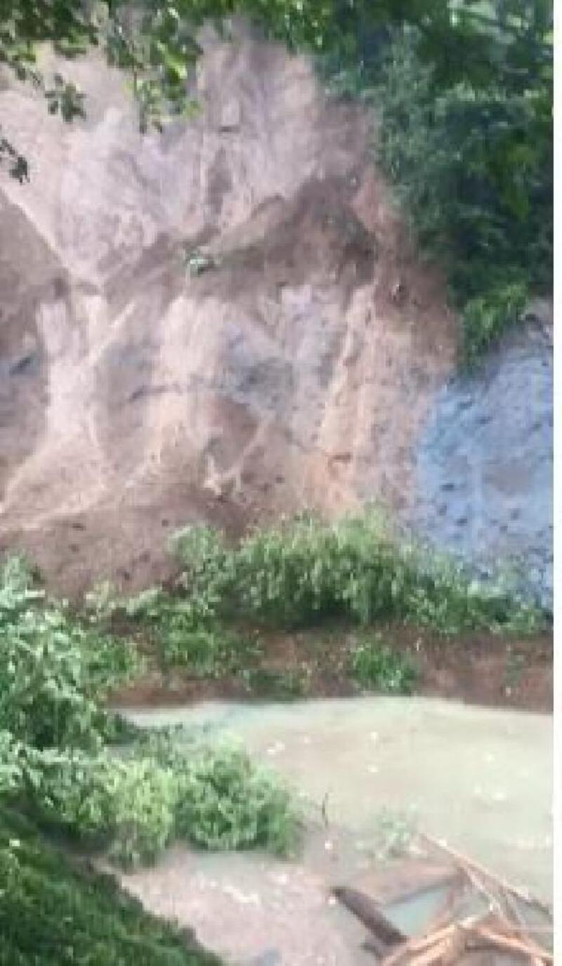 Rize'de heyelan yolu kapatınca gölet oluştu, evler boşaltıldı