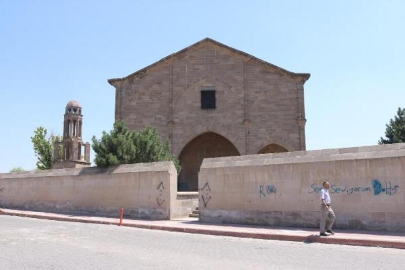 Tarihi kilisenin duvarlarına sprey boya ile yazı