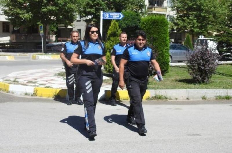Zile basıp, 'hırsız' diyen polislere kapıyı açtılar