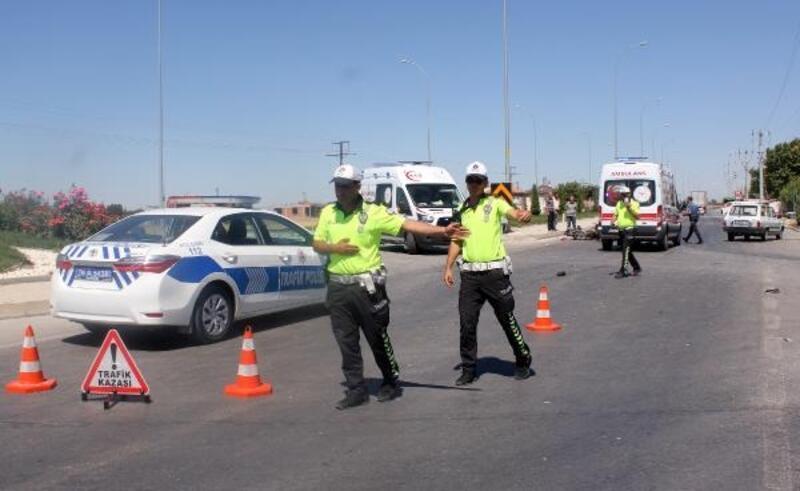 Otomobil ile motosiklet çarpıştı: 2'si ağır 3 kişi yaralandı