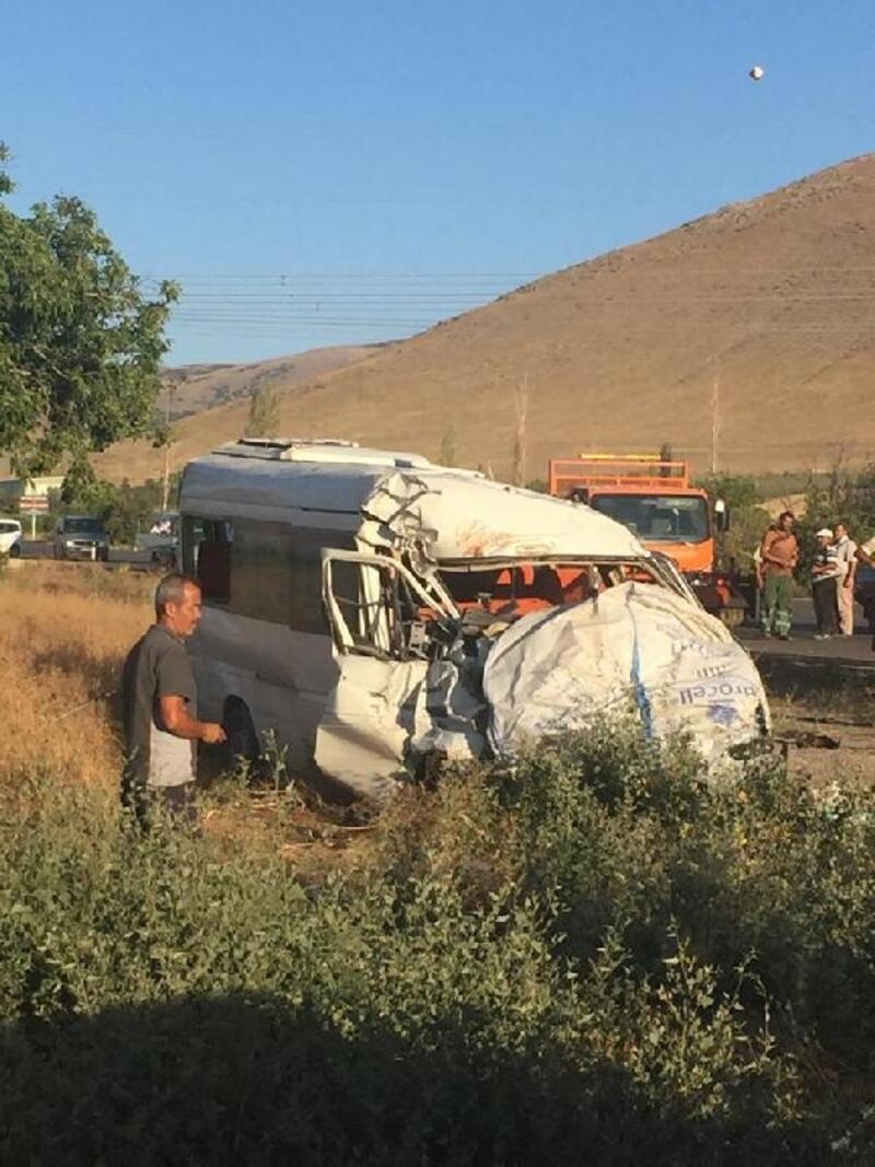 Tarım işçilerinin taşındığı minibüs ile kamyonet çarpıştı: 18 yaralı