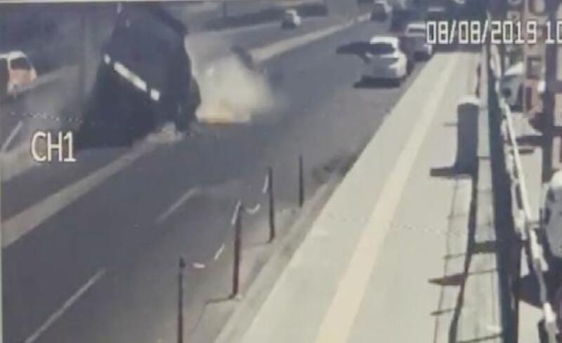 Kamyonet ile otomobilin çarpıştığı kaza kamerada