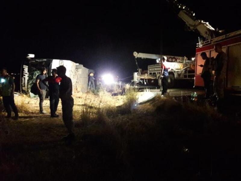 Nusaybin'de yolcu otobüsü devrildi: 10 yaralı