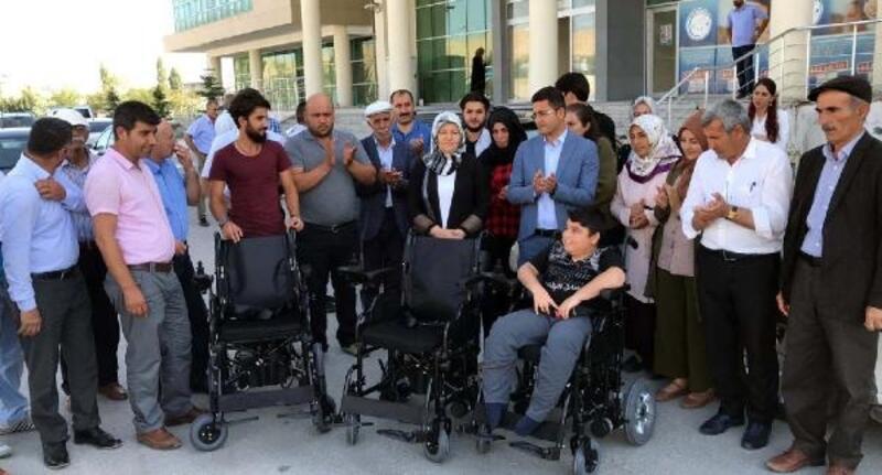Erciş'te 3 engelliye akülü araç dağıtıldı