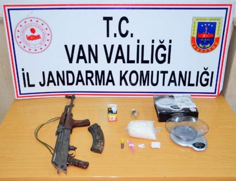 Van'da eve yapılan baskında silah ve uyuşturucu ele geçti