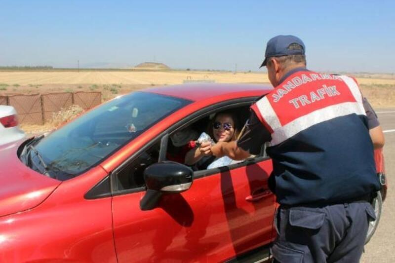 Reyhanlı'da jandarma bayram denetimi yaptı, kadın sürücülere çiçek verdi