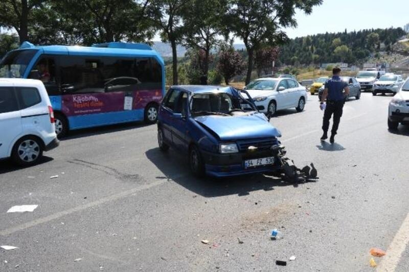 Ataşehir'de otomobil minibüse çarptı; 1 yaralı
