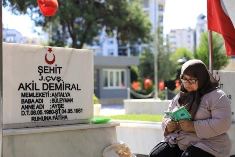 Antalya'da şehitlik ve mezarlıklarda bayram yoğunluğu