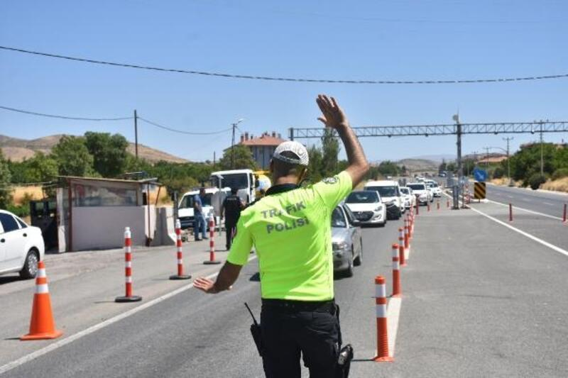 Vali ile emniyet müdürü, trafik denetimine katıldı