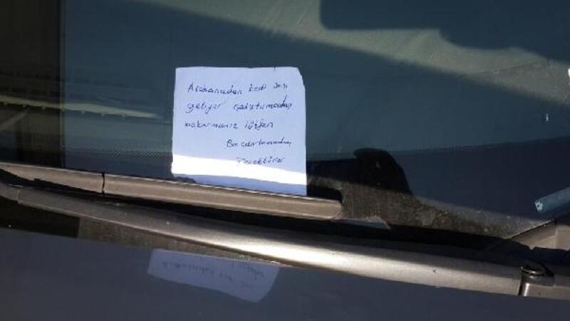 Not bırakıp, otomobilin motoruna giren yavru kedinin kurtarılmasını sağladı
