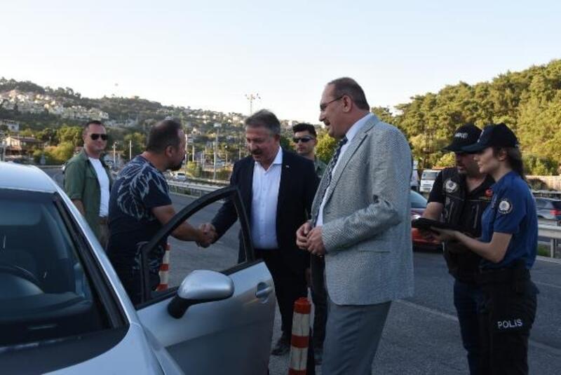 İzmir Vali Yardımcısı ile Emniyet Müdürü sürücülere uyarılarda bulundu