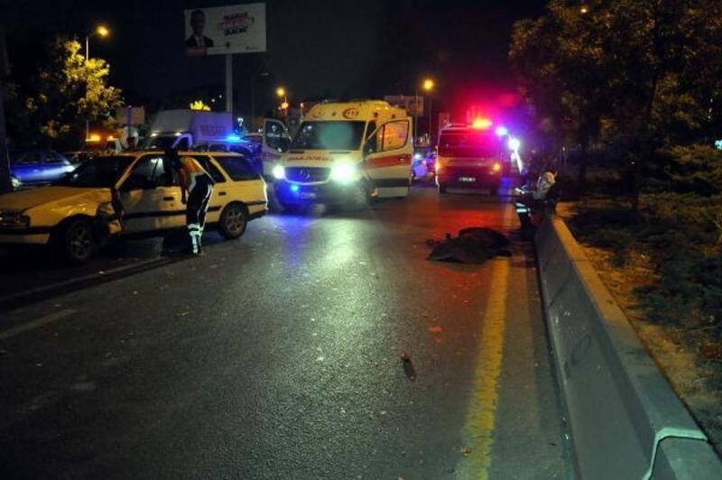 Yolun karşısına geçmeye çalışırken iki otomobilin çarptığı kişi öldü