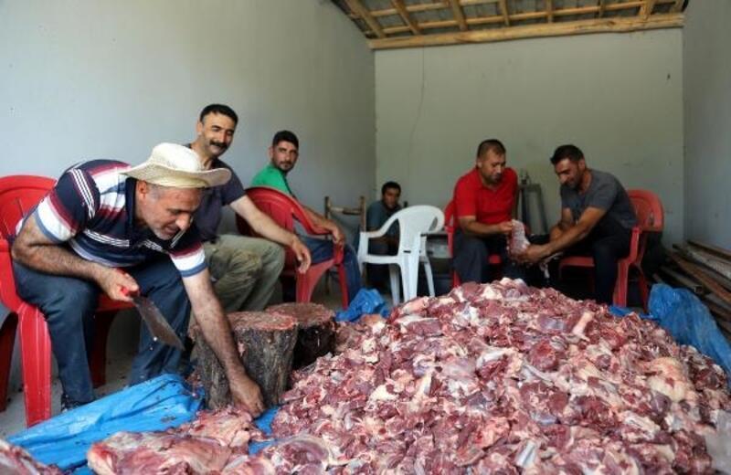 Mahallede kesilen kurban etlerini toplayıp, eşit şekilde dağıtıyorlar
