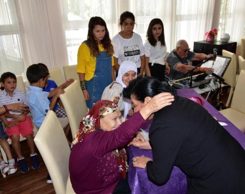 Vali Civelek Huzurevi'nde yaşlılarla bayramlaştı