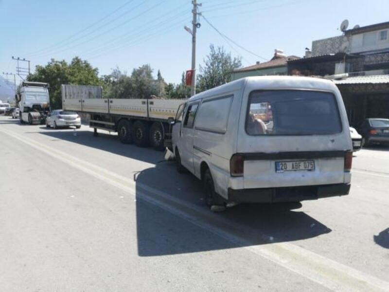 Park halindeki TIR'a çarpan panelvan minibüsteki 7 kişi yaralandı