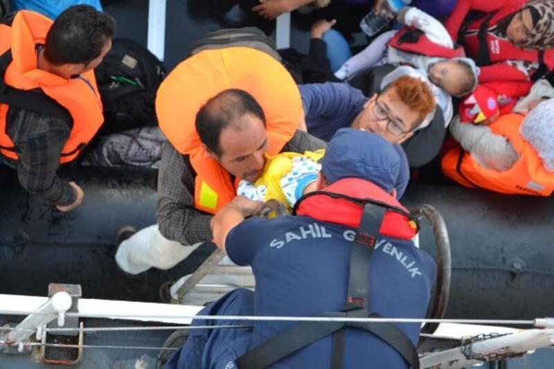 Helikopterden belirlendi, denizdeki 83 kaçak göçmen yakalandı