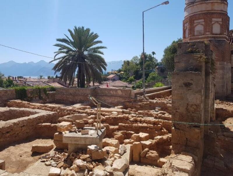Tarihi Yivli Minare'nin dibinde eski mezarlık bulundu