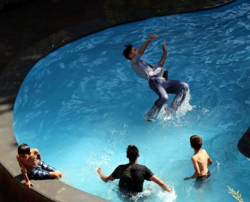 Van'da sıcaktan bunalan çocuklar, süs havuzunda serinledi