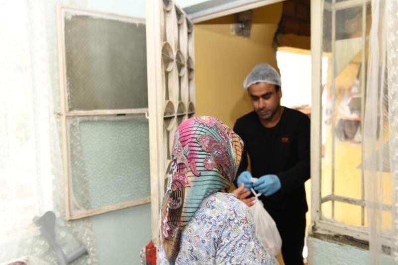 Çiğli'de evlere sıcak yemek servisi
