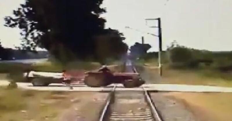 Yük treni ile traktörün çarpışması kamerada