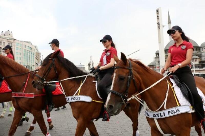 Büyük final öncesi atlı polisler Taksim'de devriyeye çıktı