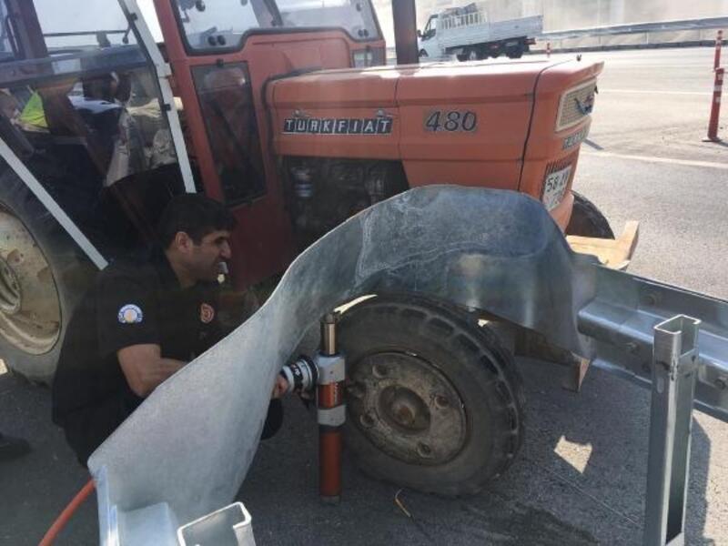Tekeri bariyerlere sıkışan traktör, itfaiye yardımıyla çıkarıldı