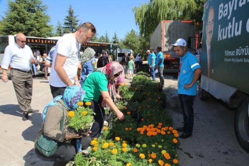 Eskişehir'de büyükşehir mezarlıklara gidenlere çiçek dağıttı