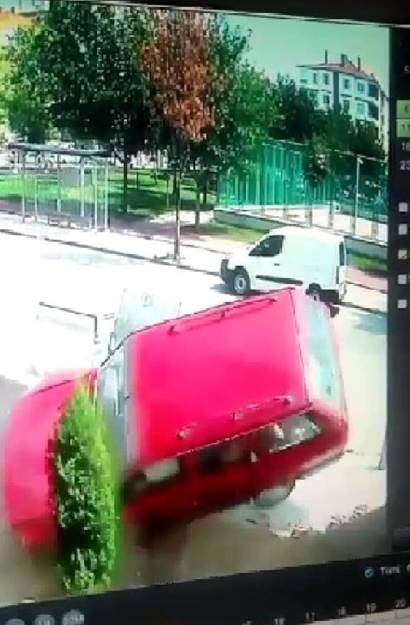 Çarpışan otomobillerden biri, bahçeye uçtu: 7 yaralı