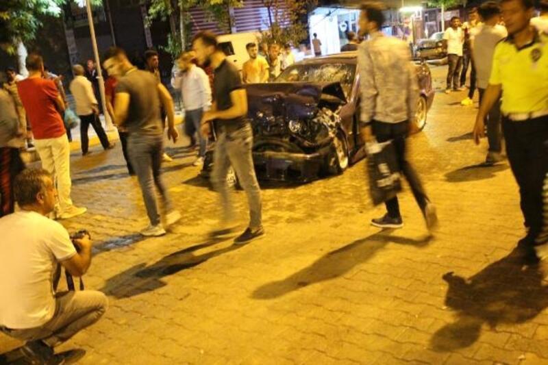Otomobil, minibüse ve park halindeki araca çarptı: 5 yaralı