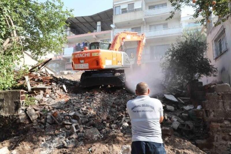 Bayraklı'daki metruk bina belediye tarafından yıkıldı