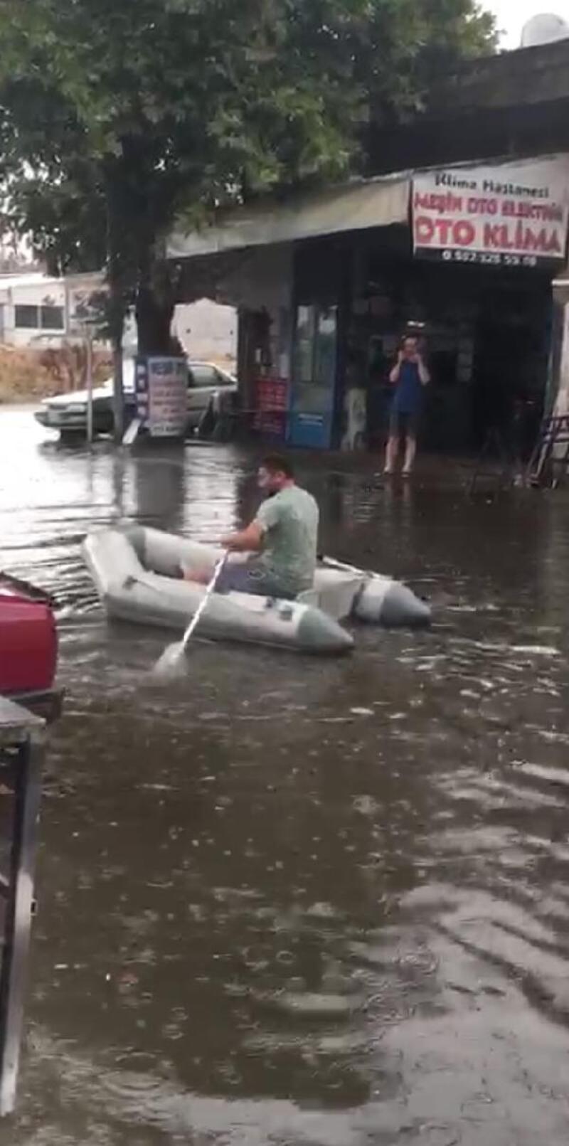 Biga'da yağmur nedeniyle göle dönen yolda botla dolaştı