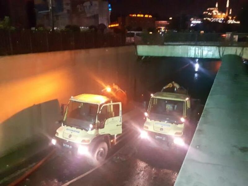 Eminönü'de su basan alt geçitte tahliye çalışmaları sürüyor