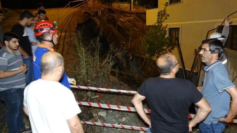 Karabük'te apartmanın istinat duvarı çöktü