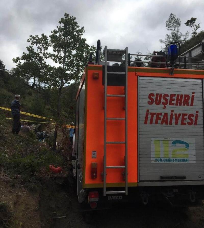 Devrilen traktörün altında kalan karı koca öldü